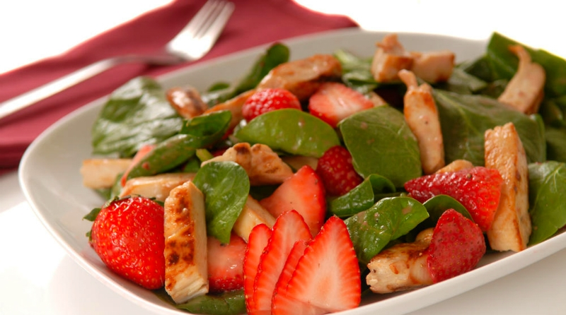 салат из клубники с курицей